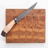 Skärbräda med kniven isolerat Top beskådar arkivbilder