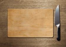 Skärbräda på den Wood tabellen Arkivbild