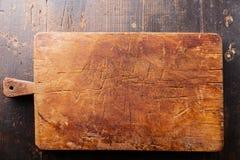 Skärbräda på träbakgrund royaltyfria foton