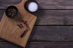 Skärbräda, rosmarin och kryddor på en gammal trätabell kopiera avstånd Begrepp för meny för restaurangkafébistroer Arkivfoton