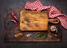 Skärbrädor och krydda för att laga mat royaltyfri foto