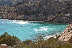 Skärgård Maddalena, strand för Caprera ö, Cala Coticcio Himmel på jord Arkivfoto