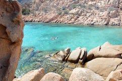 Skärgård Maddalena, strand för Caprera ö, Cala Coticcio Himmel på jord royaltyfria foton