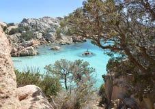 Skärgård Maddalena, strand för Caprera ö, Cala Coticcio Himmel på jord royaltyfri foto