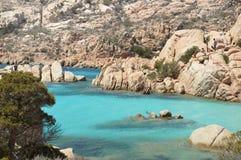 Skärgård Maddalena, strand för Caprera ö, Cala Coticcio Himmel på jord royaltyfria bilder