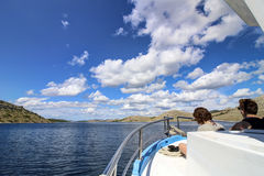 Skärgård - moln på blå himmel Arkivfoto