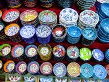 Skärm av färgrik krukmakeri, Istanbul, Turkiet Arkivbild