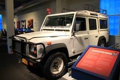 Skärm av Land Rover 1993 110, ett av många medel ställer ut på golv, det Saratoga bilmuseet, 2015 Royaltyfri Foto