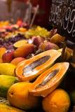 Skärm av ny frukt på stånd i La Boqueria täckte marknaden. Barcelona. Catalonia. Spanien skärm av ny frukt på marknad Fotografering för Bildbyråer