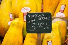 Skärm av ny frukt på stånd i La Boqueria täckte marknaden. Barcelona. Catalonia. Spanien skärm av ny frukt på marknad Royaltyfria Foton