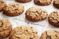 Skärm av nytt bakade Choc Chip Cookies In Coffee Shop royaltyfria foton