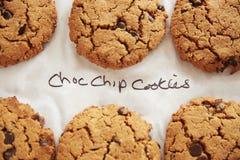 Skärm av nytt bakade Choc Chip Cookies In Coffee Shop arkivbilder