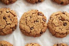 Skärm av nytt bakade Choc Chip Cookies In Coffee Shop arkivfoton