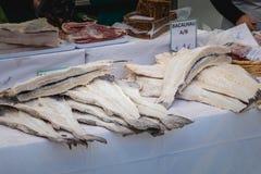 Skärm av rimmad och torkad torsk på den kommunala marknaden av kvarten royaltyfria foton