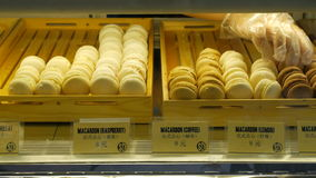 Skärm av till salu makron shoppar in stock video
