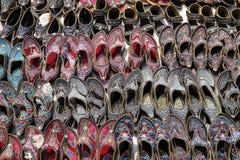 Skärm av traditionella skor på gatamarknaden i Jaipur Royaltyfri Foto