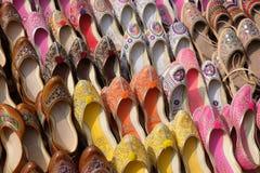 Skärm av traditionella skor på gatamarknaden i Jaipur Royaltyfria Foton