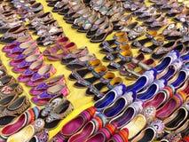 Skärm av traditionella skor på gatamarknaden i Jaipur, Ind Royaltyfri Fotografi