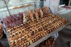 Skärm av traditionella skor på gatamarknaden i Kolkata Royaltyfri Bild
