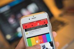 Skärm för Apple iPhone 6S med Youtube App royaltyfri foto