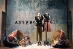 Skärm för fönster för åskådaresiktsferie på Anthropologie i NYC på December 16, 2013 Arkivfoto