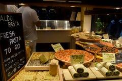 Skärm för fönster för italienarePizzaria restaurang med grönsakrullar, pasta och pizza i Venedig, Italien royaltyfri bild
