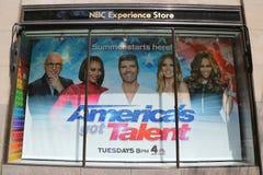 Skärm för fönstret för NBC-erfarenhetslagret som dekorerades med Amerika ` s, fick talanglogo i den Rockefeller mitten i midtowne royaltyfria bilder
