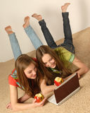 skärm för flickabärbar datorlook Arkivbild