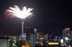 Skärm för fyrverkeri för Auckland himmeltorn som firar 2016 nya år Arkivbild
