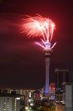 Skärm för fyrverkeri för Auckland himmeltorn som firar 2016 nya år Arkivfoto