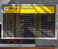 Skärm för information om Tegel flygplatsavvikelse i Berlin, Tyskland royaltyfria bilder
