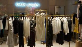 Skärm för Karen Millen lagerfönster inom drottningen Victoria Building Arkivfoton