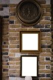Skärm för ljus ask med vitt tomt utrymme för annonseringen - inomhus frisersalong på en gul tegelstenvägg royaltyfri bild