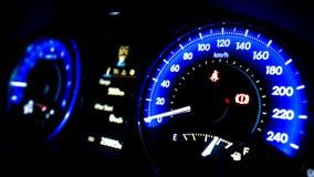Skärm för ljus för bilinstrumentbrädahastighetsmätare arkivbild