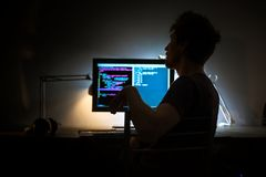 Skärm för stor dator i mörkt rum royaltyfri fotografi