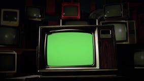 skärm för 80-taltvgräsplan i mitt av många tv:ar Förkylning tonar Dockaskott stock video