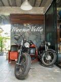 Skärm för tappningHarley motorcykel framme av semesterorten i Nakhon Nayok Royaltyfria Bilder