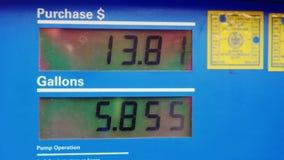 Skärm med priset av bensin och beloppet av bränsle fyllde in halons På bensinstationen stock video