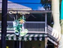 Skärm och reflexionen i den Duval gatan bommar för fönstret med skyltdockan, och säga gör våra drinkar dig att se dubbelt men kän royaltyfri fotografi
