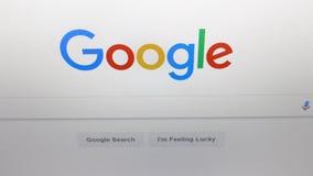 Skärm på Google, den populäraste sökandemotorn i världen lager videofilmer