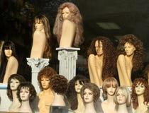skärm shoppar wigfönstret Arkivbilder