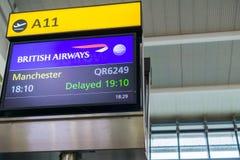 Skärm som meddelar en flygfördröjning arkivfoto