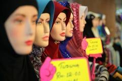 Skärmattrapper med headscarfs i en shoppa Royaltyfri Foto