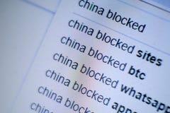 Skärmbildskärm med en inskrift i sökandemotorn: Kina blockerade Begreppet av internationella sanktioner, förbudet royaltyfria foton