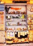 11 9 2016 - Skärmen av en souvenir shoppar i den gamla staden av Chania Royaltyfri Bild
