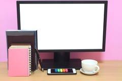 Skärmen och böcker för bärbar dator förläggas har den tomma på skrivbordet och Co arkivbild