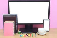 Skärmen och böcker för bärbar dator förläggas har den tomma på skrivbordet och Co arkivbilder