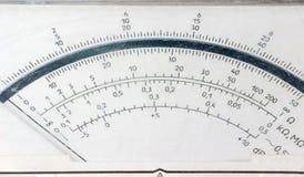 Skärmframsida av den gamla parallella multimetercloseupen arkivfoto