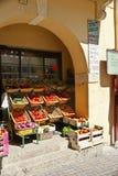 skärmfransmannen shoppar grönsaker Royaltyfri Bild