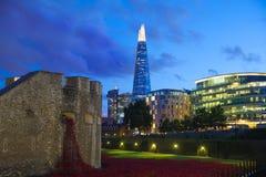 Skärva av exponeringsglas och kontorsbyggnader i skymning London Royaltyfria Foton